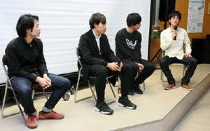 「地方から映画を発信する環境が整っている」と話した佐賀大芸術地域デザイン学部の西遼太郎さん(右)=佐賀市の佐賀大