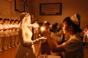 ナイチンゲール像から火を受け取る生徒=佐賀市の県立総合看護学園