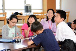 メモを取りながら熱心に話を聞く児童生徒たち=佐賀市富士町の英龍温泉