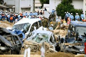 広島市安芸区矢野東で続く捜索活動=12日午前8時30分