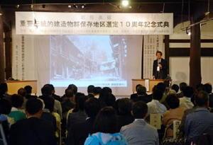 「町並みを生かすことでまちづくりの方向性が固まる」と話す西村幸夫教授=鹿島市浜町の呉竹酒造東蔵
