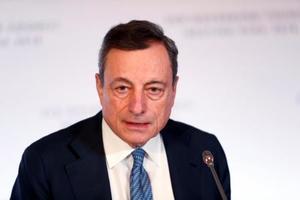 記者会見する欧州中央銀行のドラギ総裁=14日、ラトビア・リガ(ロイター=共同)
