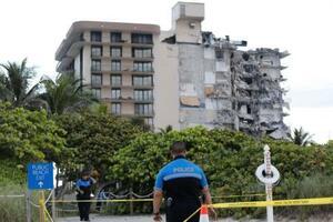 24日、米フロリダ州マイアミ近郊で一部崩落したマンション(ロイター=共同)