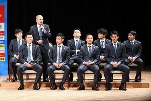トークセッションであいさつする吉田豊選手(左から3人目)=鳥栖市文化会館