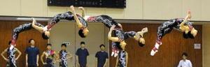 新体操男子団体 力強い演技で35年連続48度目の優勝を達成した神埼清明=佐賀市の市村記念体育館