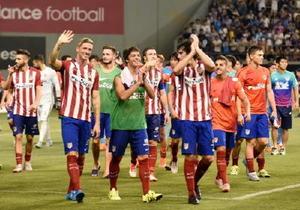 サガン鳥栖との試合後、場内を回りファンの声援に右手を挙げて応えるアトレチコ・マドリードのフェルナンド・トーレス選手(手前左)らイレブン=鳥栖市のベストアメニティスタジアム