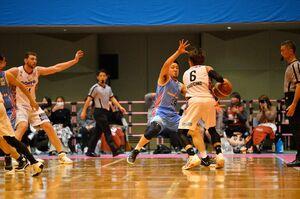 久しぶりの試合出場で守備に体を張る佐賀バルーナーズの鈴木龍雄=諸富文化体育館ハートフル