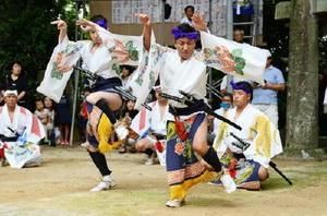 歌や囃子(はやし)に合わせ勇壮な踊りを披露する男衆=武雄市朝日町の磐井八幡社