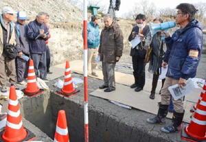 発掘調査で見つかった柱跡を見学する参加者=佐賀市の三重津海軍所跡
