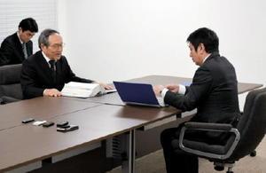 原子力安全専門部会の工藤部会長(左から2人目)から報告を受ける副島良彦副知事=佐賀県庁