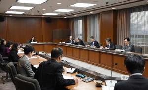 協議会で、国民健康保険の運営方針の概要などを確認する委員=佐賀県庁