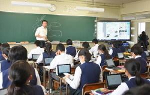 PCタブレットに世界地図が送られ、冷戦時代のヨーロッパを学ぶ1年生=佐賀市の致遠館高