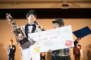 オシメンコンテストで金賞に輝いた大坪さん(左)=佐賀市のロイヤルチェスター佐賀