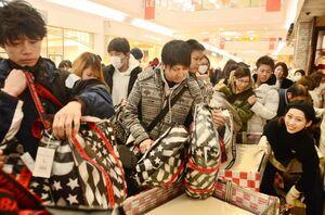 開店と同時に目当ての店舗に向かい、福袋を買い求める買い物客ら=1日午前、佐賀市のゆめタウン佐賀