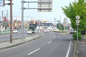 人身交通事故が多発してきた前満江交差点。国道34号が大きくカーブする地点に国道207号(右奥)が合流している=小城市牛津町