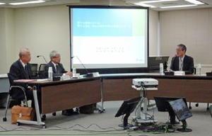 原発の安全性向上について意見交換する九州電力の瓜生道明社長(左から2人目)と田中俊一原子力規制委員長(右)=東京・六本木の原子力規制委員会