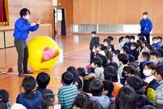 佐賀のニュース 鳥栖北小で宇宙科学館提供授業 惑星や太陽模型で比較
