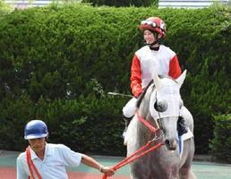 ファンから声を掛けられ、笑顔を見せる藤田騎手=佐賀競馬場パドック