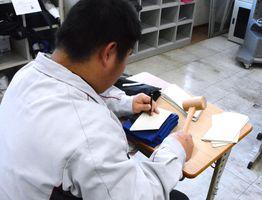 作業学習の時間に端材を使った小銭入れを製作する生徒ら=みやき町の県立中原特別支援学校