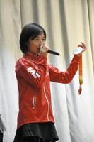 銀メダルを手に、プレッシャーの克服法などについて話した道下美里選手(三井住友海上)=佐賀市の佐賀東高校
