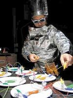 直接電気を食材に流し、エネルギーが熱になる様子を視覚化する木村崇人さんのパフォーマンス