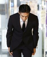 保釈され、報道陣に頭を下げる伊勢谷友介被告=30日午後7時31分、東京湾岸署