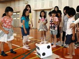 サイコロを振り、進んだマス目の指示をクリアしていく児童たち=佐賀市の開成小