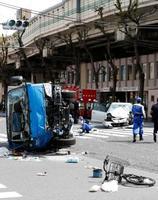 歩行者が巻き込まれる交通事故が起きた現場=19日午後1時37分、東京都豊島区