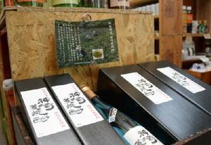 3日の販売開始を前に、店頭に並べられた神埼菱焼酎=神埼市の銘酒専門店ラ・フィットくしだ
