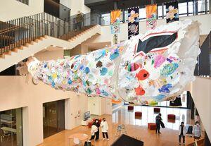 園児たちが描いた約650枚の魚の絵が集まった長さ約10メートルのこいのぼり=小城市のゆめぷらっと小城