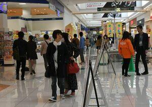 徐々に客足が戻りつつある店内=佐賀市の大型商業施設