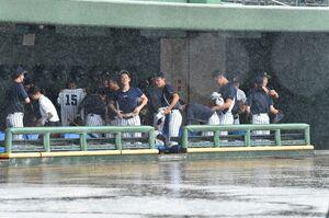 雨で順延が決まり、引き揚げる準備をする鳥栖商の選手たち=みどりの森県営球場