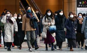 大阪・梅田をマスク姿で歩く人たち=13日午前8時22分