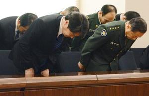 佐賀県神埼市の住宅に、陸上自衛隊ヘリが墜落した事故について謝罪する小野寺防衛相(左)=11日午前、佐賀県庁