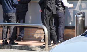 昼休みに喫煙者が集中するというコンビニの灰皿周辺=佐賀市