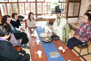 自身の作品の器と韓国茶でもてなす張さん(右から2人目)=有田町のギャラリーペクパソン