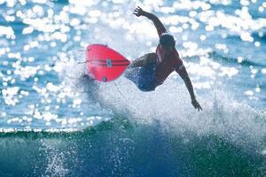 男子1回戦 波から飛び出す五十嵐カノア=釣ケ崎海岸サーフィンビーチ