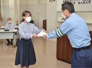 交通安全キャンパスリーダーの委嘱状を受け取る学生=佐賀市の佐賀南署