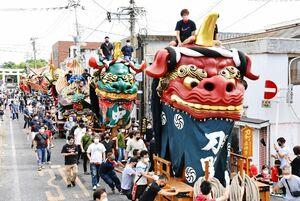 唐津神社参道に並ぶ14台の曳山。1番曳山「赤獅子」を先頭に街中を移動した=19日午前、唐津市(撮影・米倉義房)