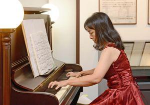 プレイエルのピアノの音色を響かせる須田さん=佐賀市の徴古館
