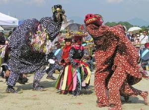御神幸祭で奉納される獅子舞=基山町宮浦