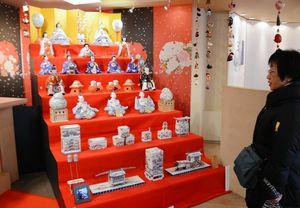 世界最大の磁器製座りびな7段飾りに見入る来場者=有田町のアリタセラ