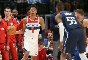 NBAマーベリックスとの今季開幕戦で先発デビューを果たしたウィザーズの八村(8)=ダラス(USA TODAY・ロイター=共同)