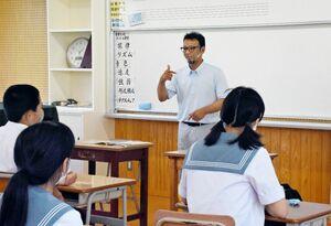 これまでの生い立ちや手話について生徒へ伝える唐津聴覚障害者協会会長の坂本和也さん=唐津市の肥前中