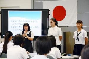 生徒実行委員長になり、あいさつする吉村安莉さん(左)=佐賀市の県庁