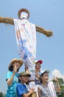 貫頭衣の巨大かかし 小学生の親子ら製作