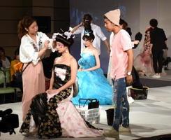 ヘアフェスタで、オリジナルのヘアメークなどを競う学生=佐賀市文化会館