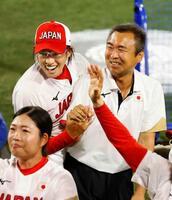 米国を破って金メダルを獲得し、鴻江寿治トレーナー(右)と喜ぶ上野=横浜スタジアム