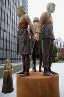 サンフランシスコ市が受け入れを決めた慰安婦問題を象徴する少女像=22日、米サンフランシスコ市(共同)