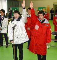 県選手団結団式で選手宣誓するアイスホッケー成年男子の松永大輝(左)とスキー少年男子の中森麟太朗=県スポーツ会館